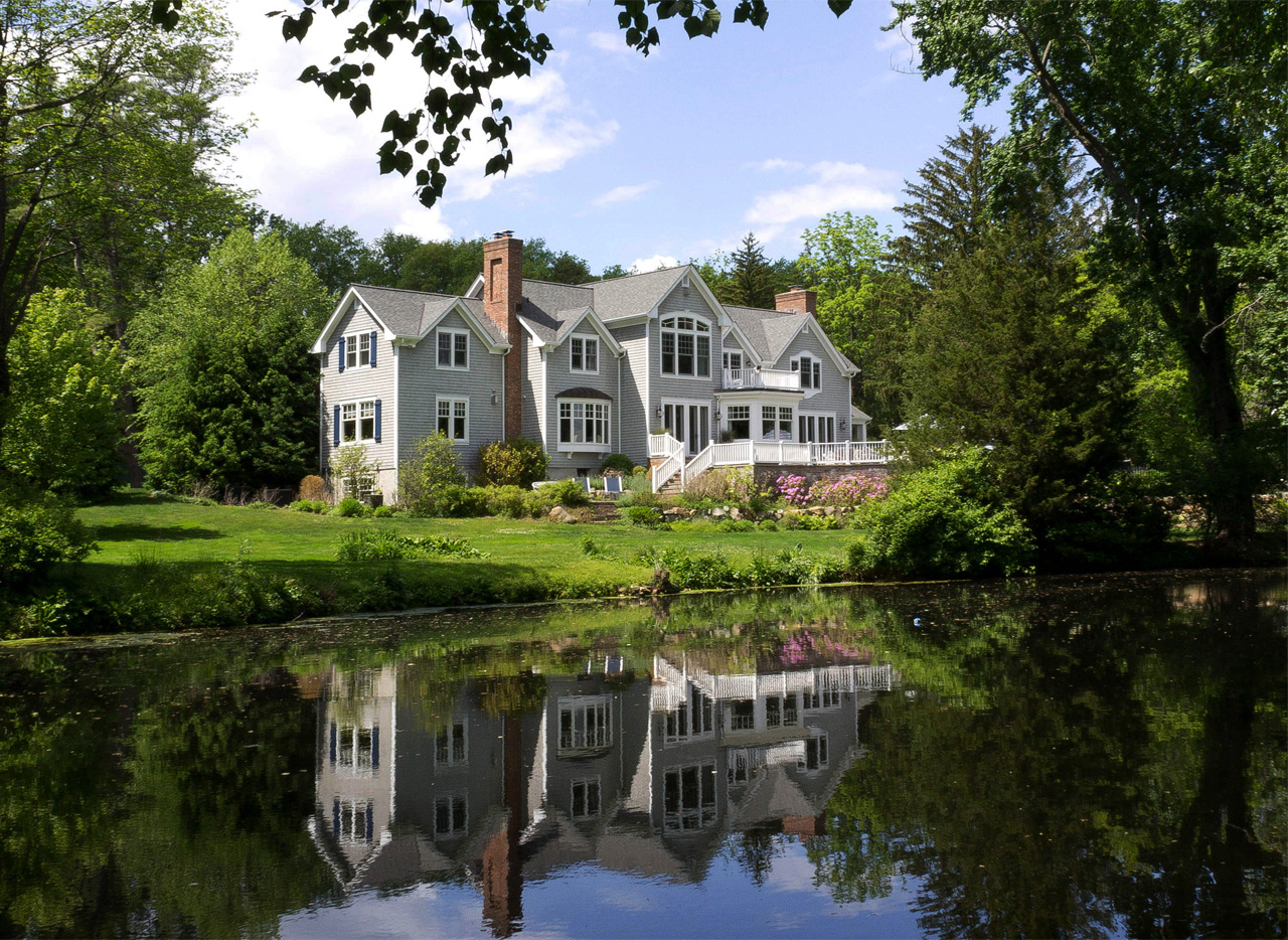 Reflection of house on the pond